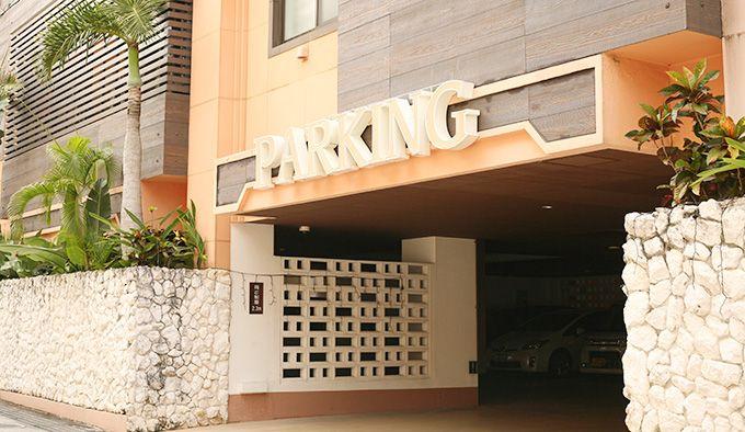 ホテルトロピカーナー駐車場入口の写真